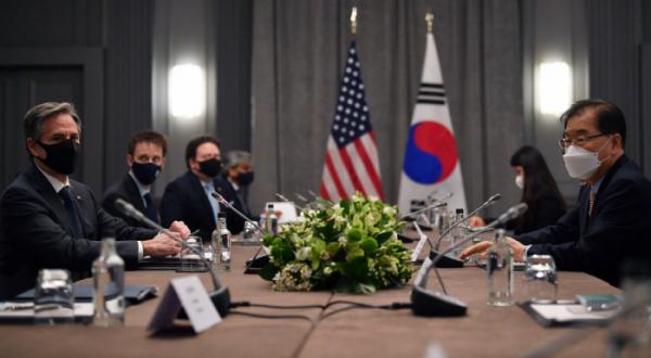 ▲정의용 외교장관(맨 오른쪽)과 토니 블링컨(맨 왼쪽) 미국 국무장관이 지난 5월 3일(현지시간) 영국 런던에서 G7 외교장관 회담과 별도로 한미 외교장관 회의를 진행하고 있다. 런던/AP뉴시스