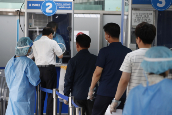 ▲0시 기준 국내 코로나19 신규확진자가 556명 발생한 11일  서울 동대문구보건소 코로나19 선별진료소에서 시민들이 검사를 받고 있다. (뉴시스)
