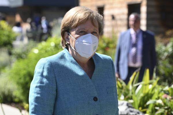 ▲앙겔라 메르켈 독일 총리가 12일(현지시간) 영국 콘월에서 열린 주요7개국(G7) 정상회의 장소로 걸어가고 있다. 콘월/AP연합뉴스
