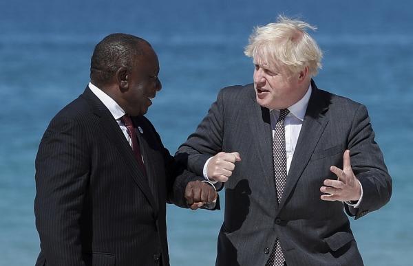 ▲시릴 라마포사 남아프리카공화국 대통령(왼쪽)이 12일(현지시간) 영국 콘월 카르비스베이 호텔 앞에서 보리스 존슨 영국 총리와 인사를 나누고 있다. 콘월/AP연합뉴스
