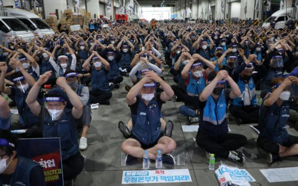 ▲분류작업을 거부하고 있는 택배노조가 9일 송파구 서울복합물류센터에서 파업 결의대회를 하고 있다. (연합뉴스)