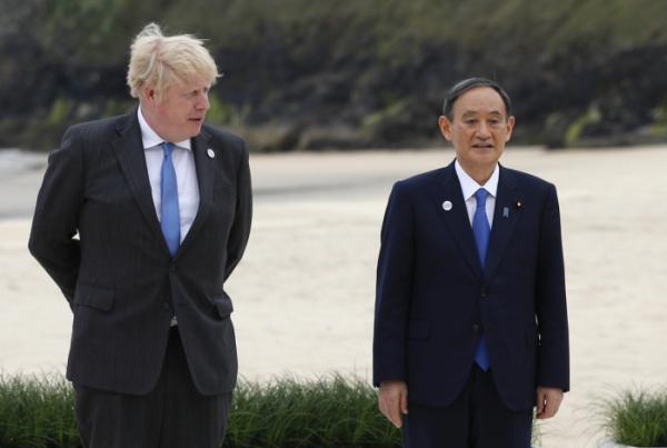 ▲스가 요시히데(오른쪽) 일본 총리와 보리스 존슨 영국 총리가 11일(현지시간) 영국 콘월 카비스 베이에서 열린 주요 7개국(G7) 정상회의 기념 촬영을 위해 나란히 서 있다. 콘월/AP뉴시스