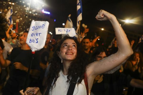 ▲이스라엘 텔아비브에서 13일(현지시간) 시민들이 거리로 나와 연정 수립에 환호하고 있다. 텔아비브/AP연합뉴스