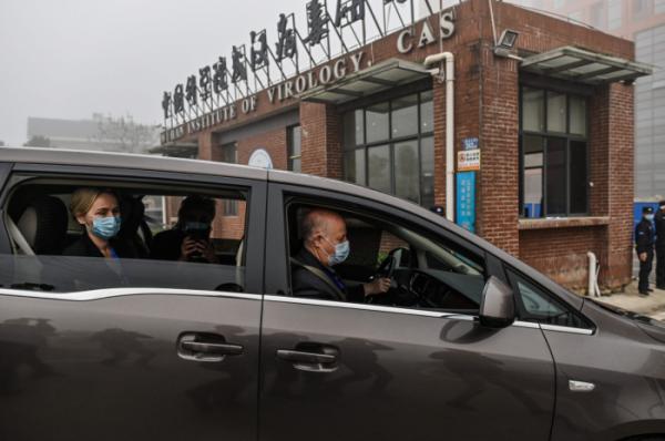 ▲지난 2월 WHO 국제 조사단이 코로나19의 발생 원인을 조사하기 위해 우한 바이러스 연구소에 방문하고 있다. (AFP/연합뉴스)