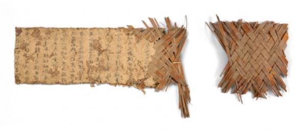 ▲문서 분리 전 시신깔개, 아스타나 230호 무덤, 당 703년.  (사진=국립중앙박물관)