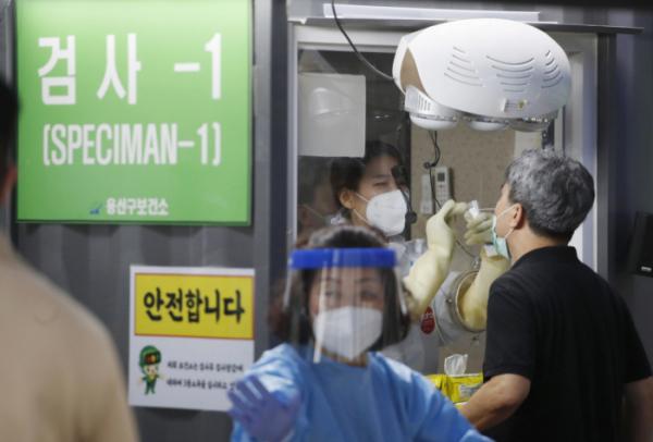 ▲0시 기준 국내 코로나19 신규확진자가 374명 발생한 15일  서울 용산구보건소 코로나19 선별진료소에서 시민들이 검사를 받고 있다. (뉴시스)