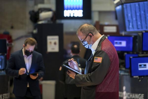 ▲뉴욕증권거래소(NYSE)에서 지난달 18일(현지시간) 트레이더들이 시세를 살피고 있다. 뉴욕/AP연합뉴스