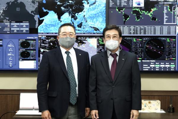▲구자열 한국무역협회 회장(왼쪽)이 15일 오후 종로구에 있는 HMM(옛 현대상선) 본사를 방문해 배재훈 HMM 사장(오른쪽)을 만났다.  (사진제공=무역협회)