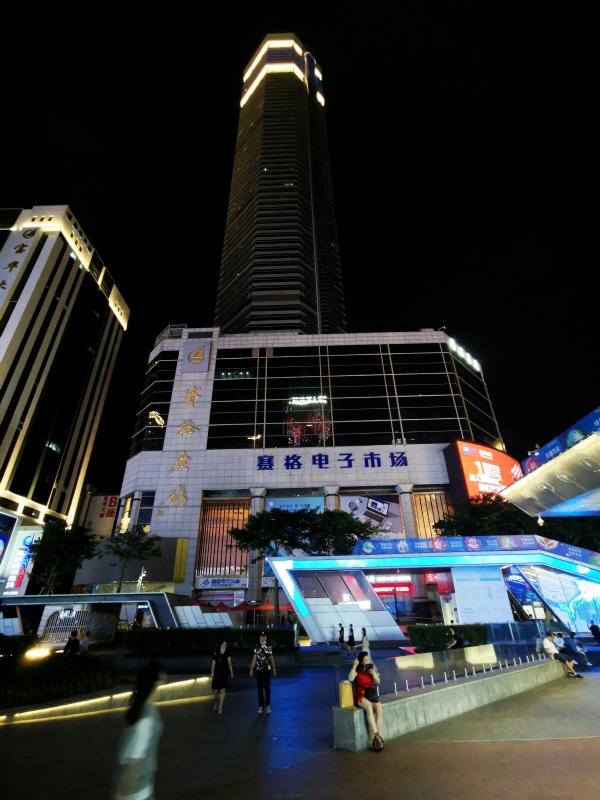 ▲사람들이 지난달 20일 중국 광둥성 선전시의 '랜드마크'로 유명한 SEG 플라자 빌딩을 지나가고 있다. 선전/로이터연합뉴스
