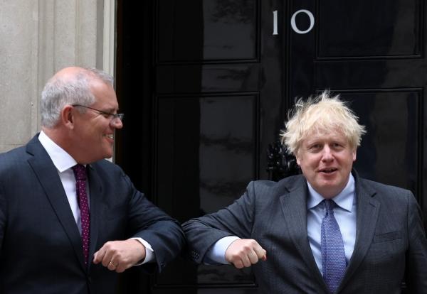 ▲스콧 모리슨(왼쪽) 호주 총리와 보리슨 존슨 영국 총리가 14일(현지시간) 런던 다우닝가에서 팔꿈치 인사를 하고 있다. 런던/로이터연합뉴스