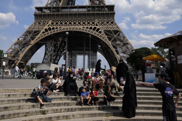 ▲ 9일(현지시간) 프랑스 파리 에펠탑 앞에 관광객들이 모여 있다. 파리/AP연합뉴스