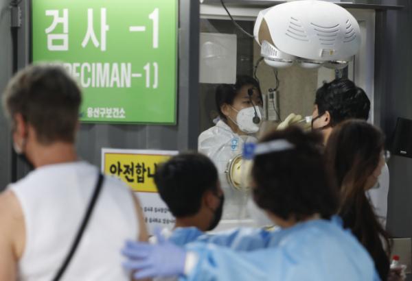 ▲15일 서울 용산구보건소 코로나19 선별진료소에서 시민들이 검사를 받고 있다. (뉴시스)