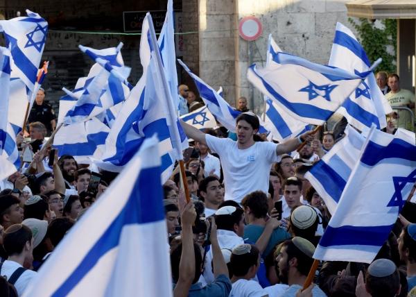 ▲이스라엘 우익 단체가 15일(현지시간) 예루살렘 구시가지에서 국기를 들고 행진하고 있다. 예루살렘/UPI연합뉴스