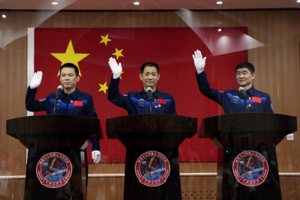 ▲16일 중국 간쑤성 주취안의 주취안 위성발사센터에서 선저우 12호에 탑승할 중국 우주비행사 (왼쪽부터) 탕훙보, 니하이성, 류보밍이 기자회견 중 기자들의 질문을 받고 있다. AP뉴시스