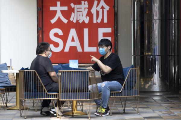 ▲지난해 7월 중국 베이징에서 쇼핑객들이 마스크를 착용한 채 상점 근처에 앉아 있다. 베이징/AP뉴시스