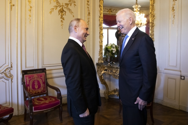 ▲블라디미르 푸틴 러시아 대통령(왼쪽)과 조 바이든 미국 대통령이 16일(현지시간) 스위스 제네바에서 회담에 앞서 인사를 나누고 있다. 제네바/AP연합뉴스