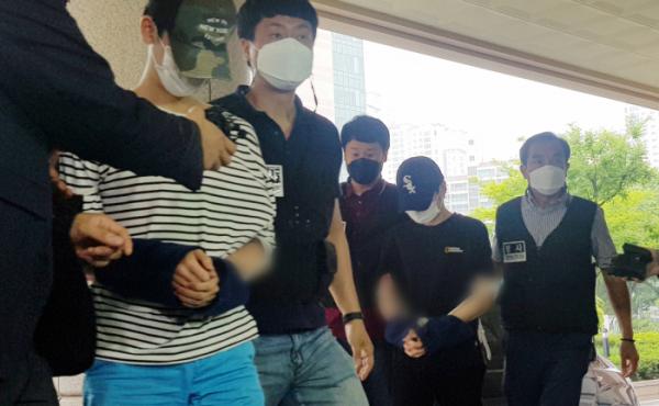 ▲마포 오피스텔 감금 살인 사건의 피의자들이 15일 오전 서울 마포구 서울서부지방법원에서 열린 구속 전 피의자 심문에 출석하고 있다.  (뉴시스)