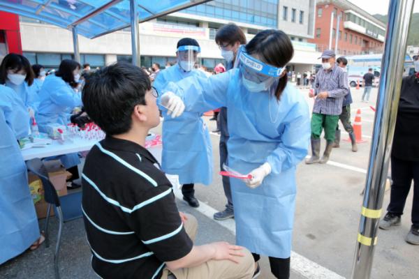 ▲17일 강원 양구군 보건소 내 선별검사소가 검사자들로 붐비고 있다.     (사진제공=연합뉴스)