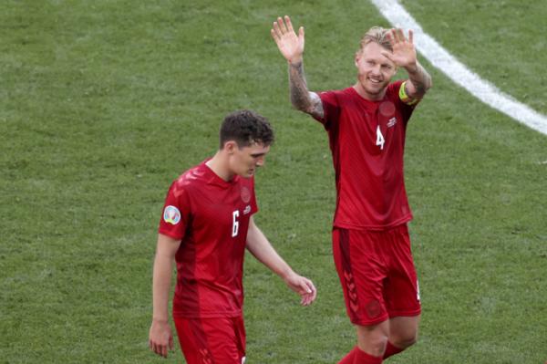 ▲덴마크의 시몬 키예르(오른쪽) 선수가 17일 유로 2020 경기가 끝난 뒤 관중들에게 인사를 건네고 있다.  (뉴시스/AP)