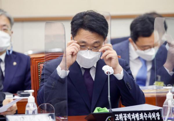 ▲ 김진욱 공수처장이 18일 서울 여의도 국회 법제사법위원회에서 열린 전체회의에서 안경을 고쳐 쓰고 있다. (공동취재사진)