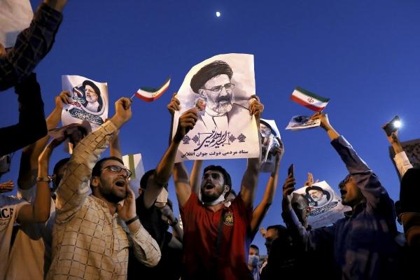 ▲이란 테헤란에서 차기 대통령으로 당선된 세예드 에브라힘 라이시의 지지자들이 19일(현지시간) 그의 초상화를 들고 환호하고 있다. 테헤란/AP연합뉴스