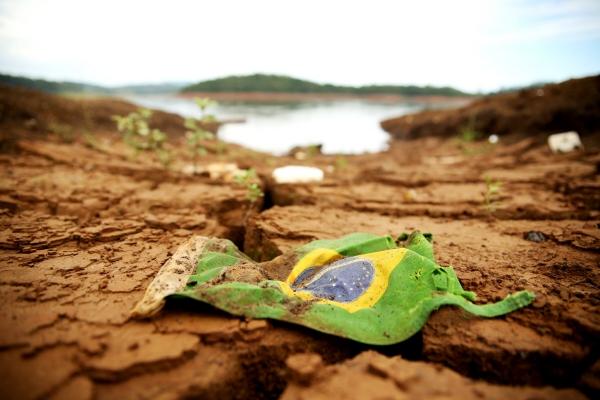 ▲브라질 상파울루의 메마른 땅에 2015년 2월 26일(현지시간) 브라질 국기가 버려져 있다. 상파울루/신화뉴시스
