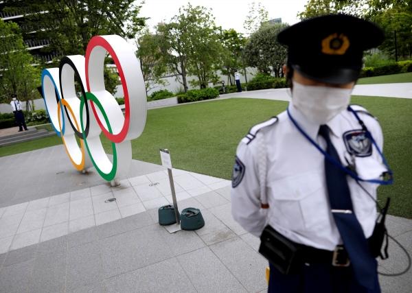 ▲일본 도쿄에서 한 보안요원이 18일 올림픽 개최 반대 시위 동안 현장을 지키고 있다. 도쿄/로이터연합뉴스