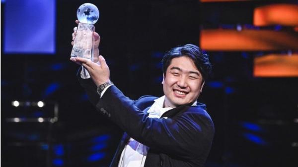 ▲바리톤 김기훈이 19일(현지시간) 영국에서 열린 'BBC 카디프 싱어 오브 더 월드 2021'에서 아리아 부문 우승을 차지해 트로피를 들고 있다. 연합뉴스