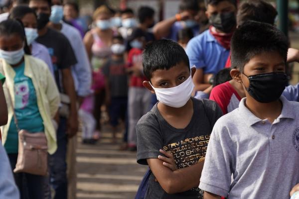 ▲멕시코 레이놀사에서 지난달 14일(현지시간) 어린이들이 식량을 배급받기 위해 줄을 서고 있다. 레이놀사/AP뉴시스