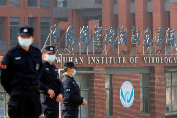 ▲중국 보안요원들이 2월 3일 우한 바이러스 연구소 외부에서 경계근무를 서고 있다. 우한/로이터연합뉴스