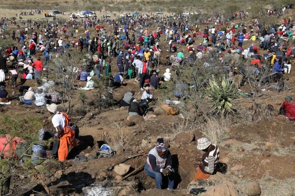 ▲남아프리카공화국 콰줄루나탈주 콰흘라티의 한 벌판에서 14일(현지시간) 사람들이 다이아몬드를 캐기 위해 몰려들었다. 콰흘라티/로이터연합뉴스