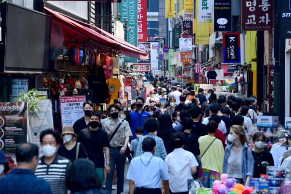 ▲사회적 거리두기 개편안 발표를 앞둔 지난달 20일 서울 명동 거리가 인파로 붐비고 있다.  (이투데이)