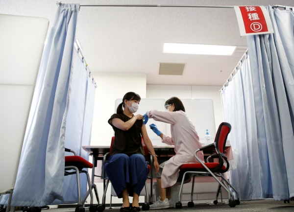 ▲일본 도쿄 외곽 하네다 공항의 일본항공(JAL) 의료실에서 14일 이 항공사 소속의 한 객실 승무원이 모더나의 신종 코로나바이러스 감염증(코로나19) 백신을 맞고 있다. 도쿄/로이터연합뉴스