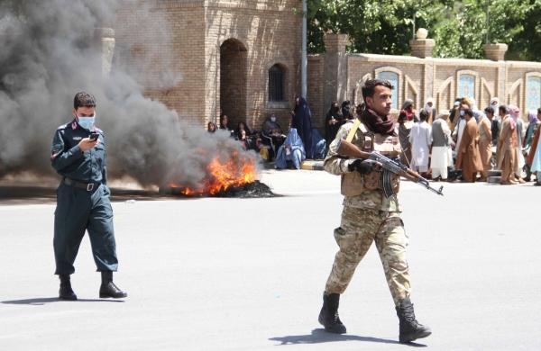 ▲아프가니스탄 헤랏에서 정부군이 17일(현지시간) 주변을 탐색하고 있다. 헤랏/EPA연합뉴스