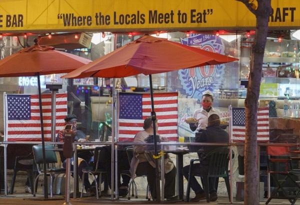 ▲한 웨이트리스가 미국 캘리포니아주 웨스트 할리우드 선셋 대로에 위치한 레스토랑에서 손님들을 맞이하고 있다. 할리우드/AP연합뉴스