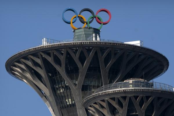 ▲중국 베이징 올림픽 타워 위에 오륜기 철조물이 보인다. 베이징/AP뉴시스