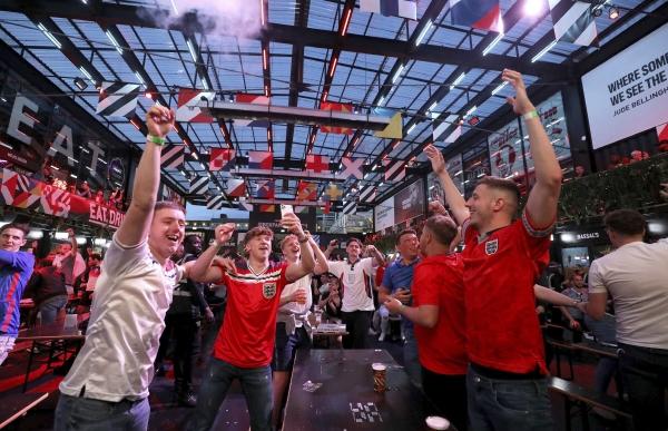▲영국 런던에서 잉글랜드 팬들이 22일(현지시간) 체코와의 경기가 끝나자 환호하고 있다. 런던/AP연합뉴스