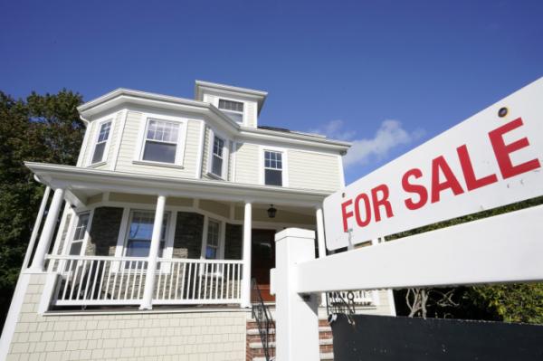 ▲매사추세츠주 웨스트우드의 한 마을에 주택 판매 표지가 세워져 있다. 웨스트우드/AP뉴시스