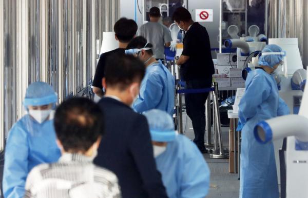 ▲코로나19 신규 확진자가 645명으로 집계된 23일 오후 서울 동대문구 선별진료소에서 시민들이 검사를 받기 위해 접수하고 있다.  (뉴시스)