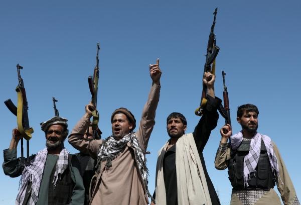 ▲아프가니스탄 무장조직 탈레반이 23일(현지시간) 카불 외곽에서 정부군과 교전에 앞서 총을 들고 병력 결집을 도모하고 있다. 카불/로이터연합뉴스