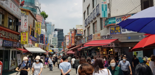 ▲'2021 대한민국 동행세일' 첫 날인 24일 방문한 서울시 중구 남대문시장에서 시민들이 시장을 둘러보고 있다.  ((구예지 기자 sunrise@))