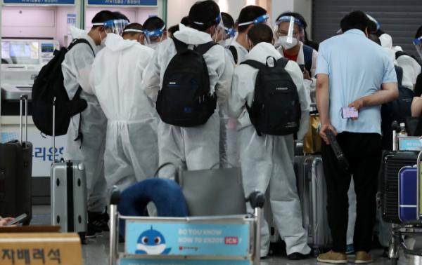 ▲코로나19 델타 변이 바이러스와 전파력이 더 강한 델타 플러스 변이까지 등장한 24일 오후 인천국제공항 제1여객터미널 출국장에서 방역복과 마스크를 착용한 승객들이 출국 수속을 기다리고 있다.  (뉴시스)