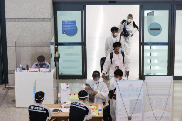 ▲코로나바이러스인 '델타 변이'가 전 세계에서 급속도로 확산하고 있는 가운데 24일 오전 인천국제공항을 통해 외국인들이 입국하고 있다. (연합뉴스)