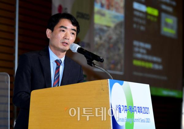 ▲24일 서울 여의도 전경련회관 컨퍼런스센터에서 열린 '서울 기후-에너지 회의 2021'에서 임성묵 한국지역난방공사 그린뉴딜사업부장이 '폐기물을 활용한 수소경제 활성화 에너지 사업'을 주제로 발표하고 있다. 이투데이와 기후변화센터가 주최한 서울 기후-에너지 회의 2021은 2050 탄소중립 달성을 위한 지속가능한 폐자원 활용을 통해 그린오션 비즈니스의 가치를 논의하는 자리다.  (신태현 기자 holjjak@현)