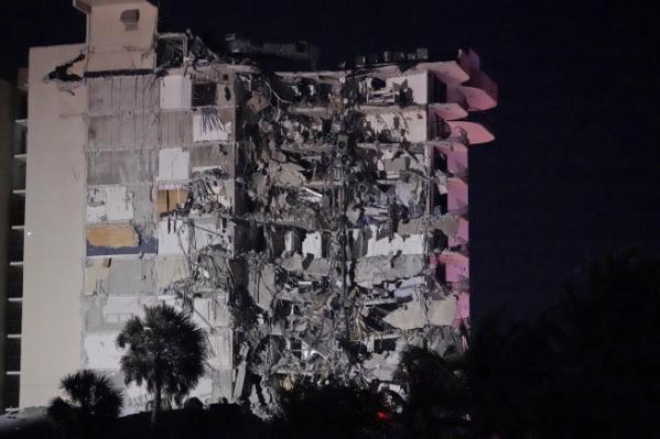 ▲24일(현지시간) 미국 플로리다주 마이애미데이드카운티 서프사이드에서 12층 아파트 일부가 붕괴했다. 마이애미/AP연합뉴스