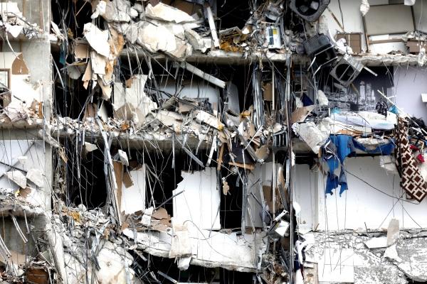 ▲24일(현지시간) 미국 플로리다주 마이애미 비치 인근 서프사이드에서 부분적으로 무너진 건물이 보이고 있다. 서프사이드/로이터연합뉴스