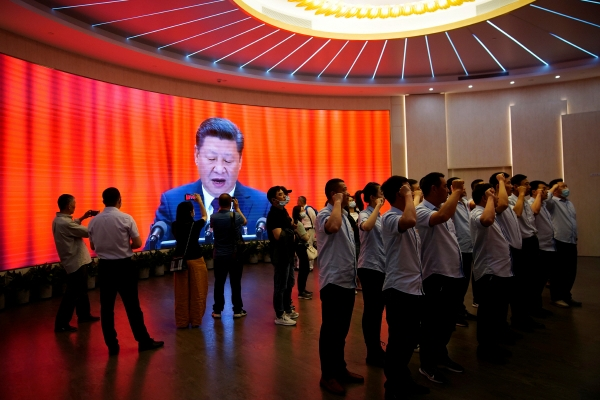 ▲중국 공산당 창당 100주년 기념일을 앞둔 6월 4일 상하이의 '중국 공산당 제1차 대회 기념관'에서 시민들이 당에 대해 충성맹세를 하고 있다. 상하이/로이터연합뉴스