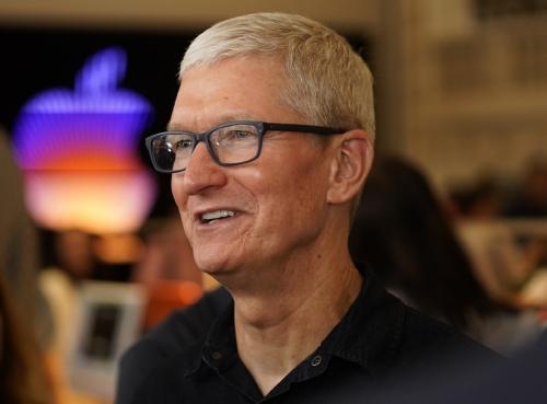 ▲팀 쿡 애플 최고경영자(CEO)가 지난달 24일 로스앤젤레스(LA)에 있는 애플 타워 시어터 매장에서 웃고 있다. LA/AP연합뉴스