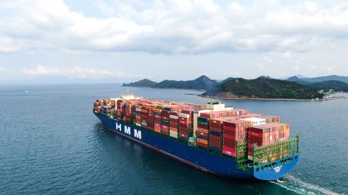 ▲1만6000TEU급 컨테이너 1호선 'HMM 누리'호가 중국 옌톈에서 만선으로 출항하고 있다.  (사진제공=HMM)
