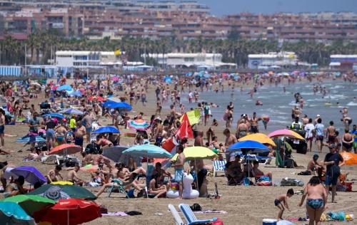 ▲스페인 발렌시아의 해변에서 12일(현지시간) 피서객들이 44℃까지 치솟은 폭염을 달래고 있다. 발렌시아/AFP연합뉴스